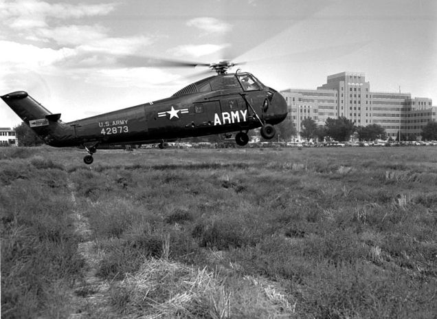 800px-H-34A_landing_at_Fitzsimons_Army_hospital_1956